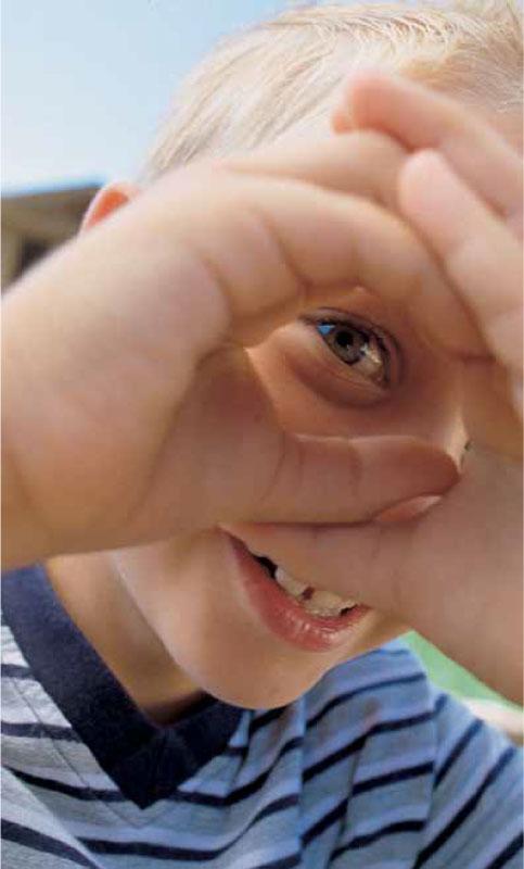 Das Bild zeigt ein lachendes Kind