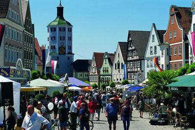 Das Bild zeigt den Marktplatz Günzburg im Sommer